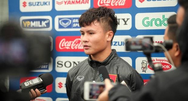 """Phóng viên Thái Lan hỏi có muốn đến Thai League thi đấu không, Quang Hải trả lời """"phũ"""""""
