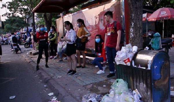Sinh viên Sài Gòn khốn khổ bịt mũi vì rác chất đầy ở điểm chờ xe buýt