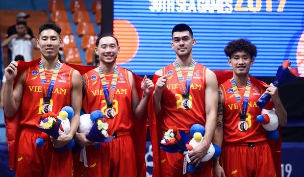 """Dàn """"soái ca"""" bóng rổ Việt Nam mang về tấm huy chương lịch sử tại SEA Games 30"""