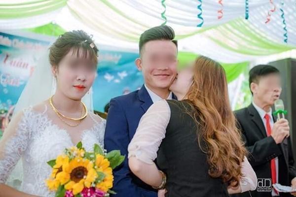 Xôn xao bức ảnh cô dâu sắp khóc, chứng kiến chú rể và người yêu cũ đứng ôm hôn bên cạnh