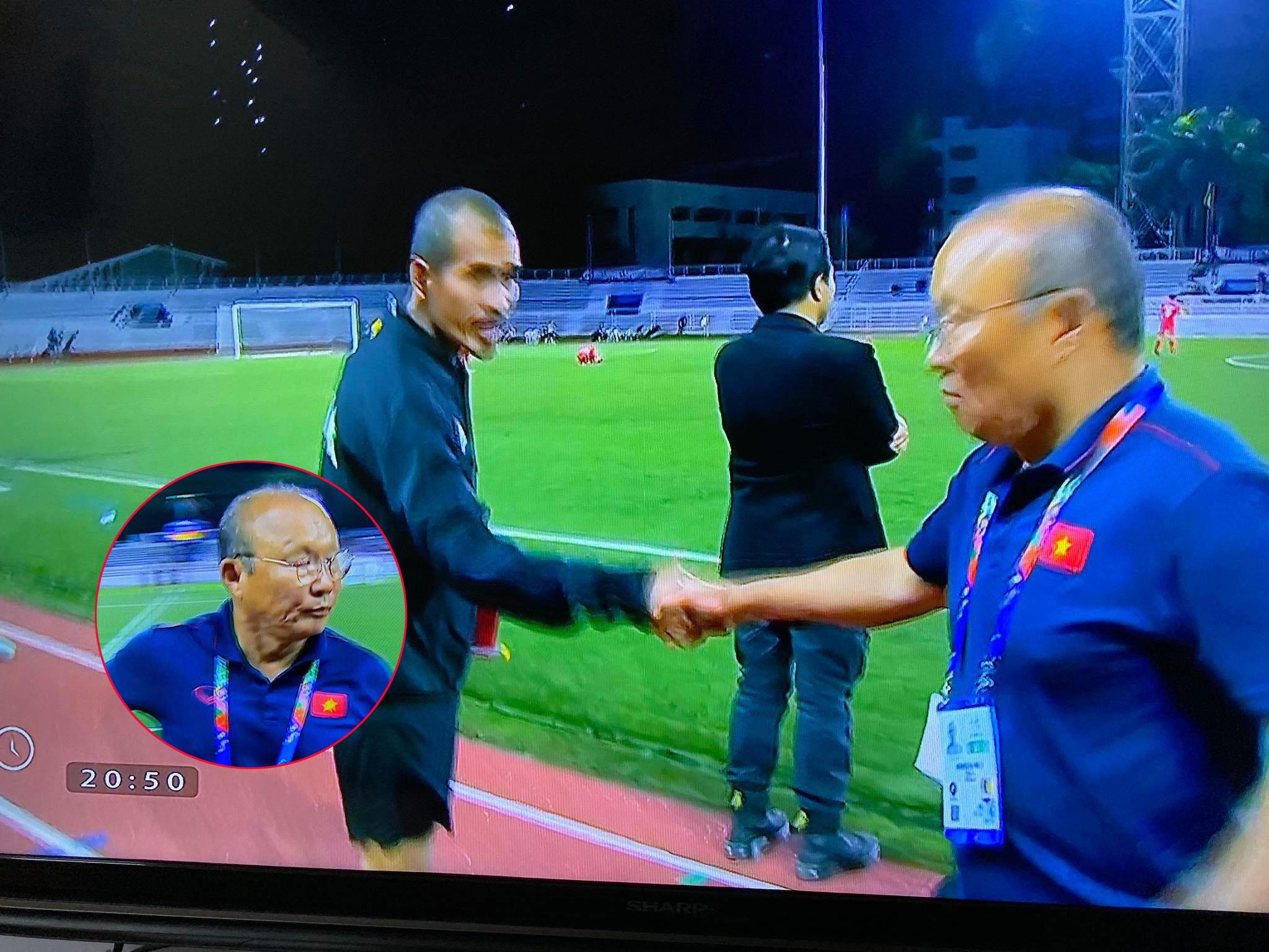 """Thái độ """"nhà bao việc"""" vẫn phải sang bắt tay an ủi HLV Singapore của HLV Park Hang-seo khiến dân tình cười muốn xỉu"""