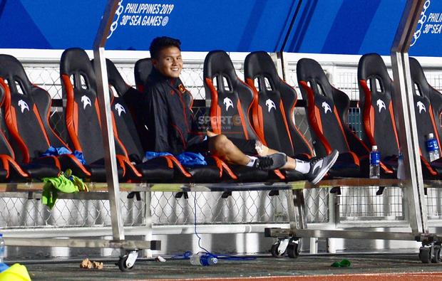 Vô tình bị bỏ lại một mình trên băng ghế dự bị, Quang Hải vẫn tươi cười mừng bàn thắng của đội nhà