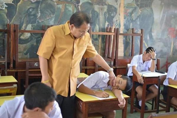 """Thầy giáo """"có tâm nhất quả đất"""": Thấy học sinh ngủ gật liền kiểm tra xem """"còn sống hay không"""""""