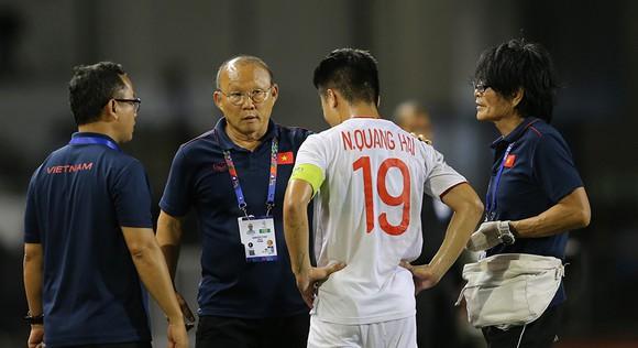 """Quang Hải gần như chia tay SEA Games, bác sĩ vẫn cố gắng chữa trị và """"hy vọng điều thần kỳ sẽ đến"""""""