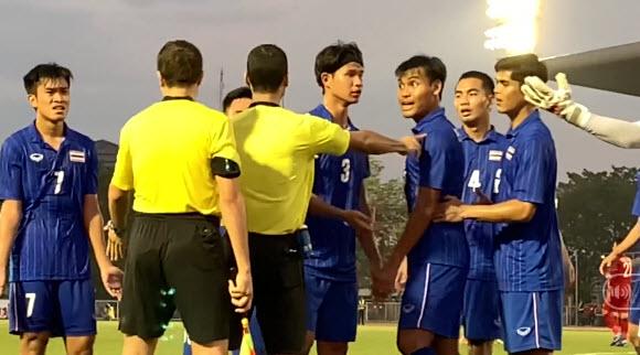 """Bị đá lại penalty, cầu thủ Thái Lan quát trọng tài: """"Ông là người Việt Nam đúng không?"""""""