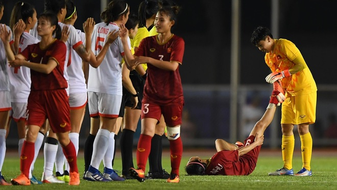 Đội bóng đá nữ Việt Nam kiệt sức sau khi đánh bại chủ nhà, giành quyền vào chung kết SEA Games 30