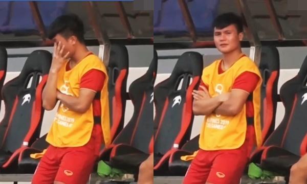 Đội nhà bị dẫn bàn mà không thể giúp gì, Quang Hải nghẹn ngào khóc ngoài sân