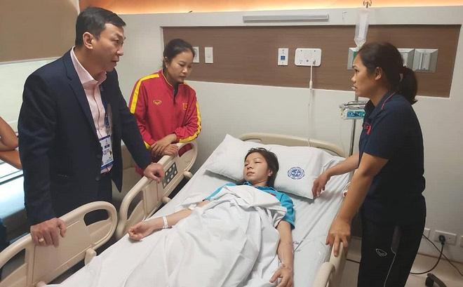 Ngay sau khi cùng đội hạ Thái Lan để giành HCV, nữ cầu thủ Việt Nam nhập viện cấp cứu do kiệt sức