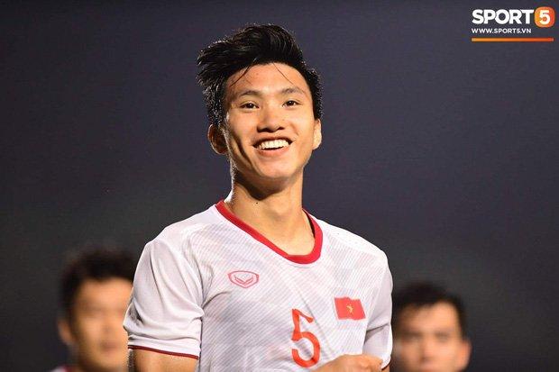 """Nụ cười """"cực phẩm"""" của Văn Hậu sau trận chung kết khiến chị em mê mẩn: """"Chồng ơi, đá xong nhớ về nhà, vợ đợi nhé"""""""