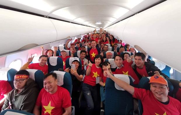 """Sân bay rực đỏ màu áo hàng trăm CĐV lên đường sang Philippines """"tiếp lửa"""" U22 Việt Nam"""