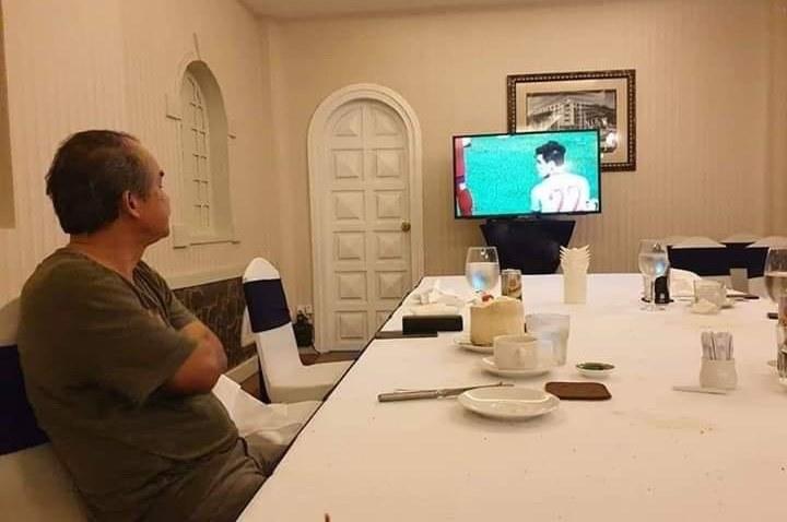 Khi mọi người đang mừng chiến thắng của U22 thì có một người đang lặng lẽ dõi theo, cả Việt Nam cảm ơn ông!