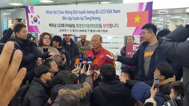 Cùng U23 Việt Nam tới Busan tập huấn, thầy Park được hơn 100 phóng viên Hàn Quốc săn đón