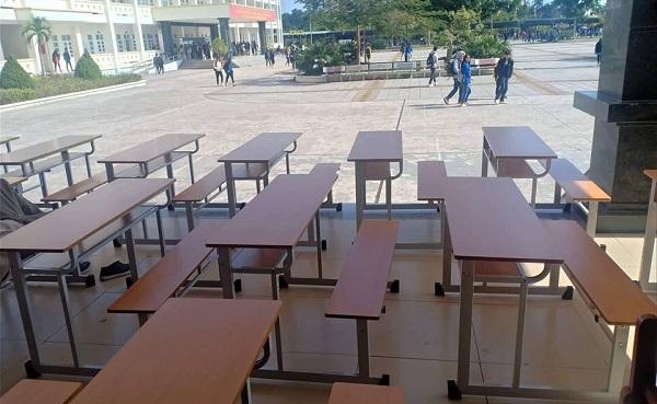 """Căng thẳng như mùa thi học kỳ trường """"người ta"""": Mỗi người một bàn, camera giám sát tứ phía"""