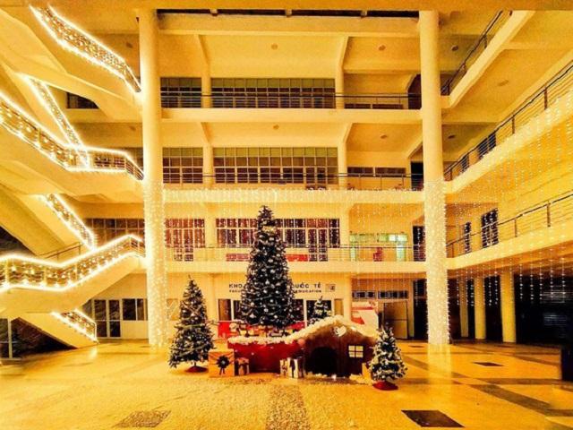 """Sinh viên các trường mê mệt không gian """"chất chơi"""" Đại học Xây dựng mùa Noel năm nay"""
