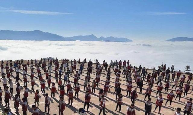 """Hình ảnh """"ngôi trường trên mây"""" trong giờ thể dục khiến dân tình đứng ngồi không yên vì cảnh quá đẹp"""