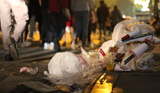 """Sau đêm Noel, người ta để lại một """"bãi chiến trường"""" ở phố đi bộ Hồ Gươm"""