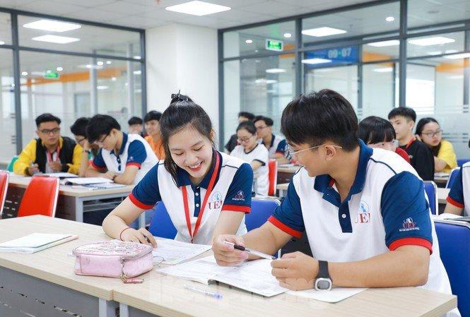 Sinh viên bức xúc vì bị trường gọi điện cho phụ huynh thông báo số buổi nghỉ học và dọa cấm thi, thực hư thế nào?