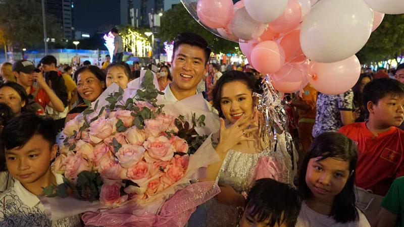 """Full clip Duy Mạnh """"vẽ ngôn tình"""" giữa phố đi bộ khi quỳ gối cầu hôn Quỳnh Anh ngay ngày đầu năm mới"""
