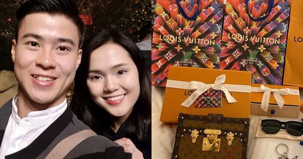 """Vừa được cầu hôn, Quỳnh Anh tung ngay clip """"đập hộp"""" khoe quà Duy Mạnh tặng suốt thời gian yêu, ai nhìn cũng ghen tị"""