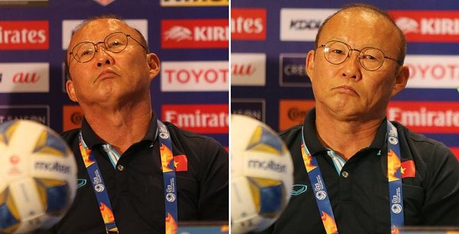 """Trước thềm đại chiến với U23 UAE, thầy Park tạo loạt biểu cảm ở phòng họp báo """"trêu tức"""" đối thủ"""