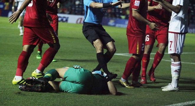 Trở lại ấn tượng trong trận hòa U23 UAE, thủ môn Bùi Tiến Dũng khiến thầy Park lo lắng với chấn thương vai