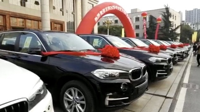 """Sếp """"công ty người ta"""" thưởng Tết mỗi nhân viên một chiếc xe BMW và rất nhiều tiền"""