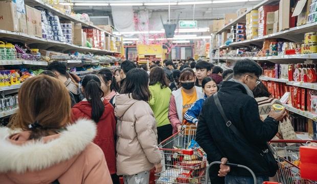 Điểm mua sắm kín người ngày giáp Tết, ai cũng mệt mỏi chờ cả tiếng mới được thanh toán