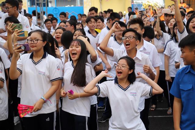 Giáo viên giao một lúc 7 bài tập Tết nhưng học sinh vẫn thi nhau hò reo ăn mừng, dân mạng cũng thán phục
