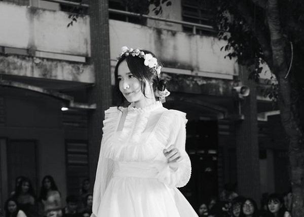 """Nữ sinh Long An diện váy trắng thi văn nghệ khiến dân mạng """"hoa mắt"""" ngỡ """"thần tiên tỷ tỷ"""" giáng trần"""
