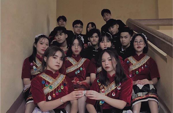 """Cùng diện trang phục diễn văn nghệ chụp ảnh, hội bạn thân nhận về """"cơn mưa lời khen"""" cho hình mẫu chuẩn thanh xuân học đường"""