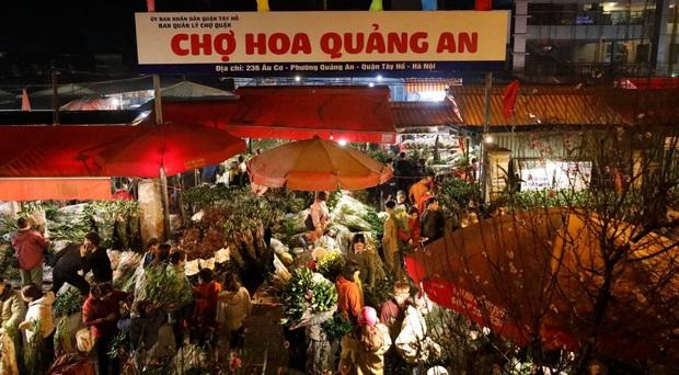 """Người dân chen chúc đi mua hoa Tết trong đêm khiến chợ hoa Quảng An """"thất thủ"""""""