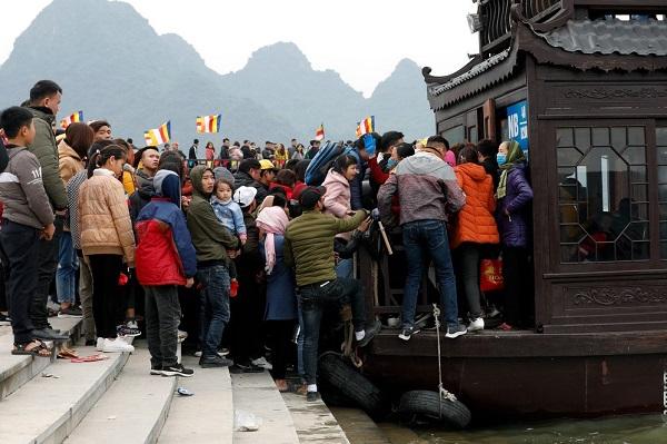 Hỗn loạn cảnh du khách chen nhau lên thuyền và xe điện tham quan ngôi chùa lớn nhất thế giới
