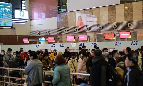 """Kết thúc kỳ nghỉ Tết Nguyên đán, người dân lại """"nghẹt thở"""" xếp hàng chật kín sân bay"""