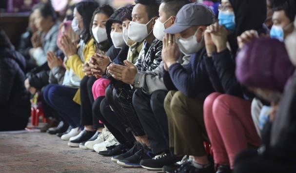 Đi chùa Phúc Khánh cầu an, người dân ai cũng đeo khẩu trang kín mít phòng dịch Corona