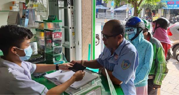 Tấm lòng nhân ái giữa dịch Corona: Người dân Sài Gòn xếp hàng nhận khẩu trang miễn phí từ nhà thuốc