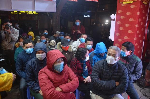 Giữa mùa dịch Corona, người Hà Nội vẫn đeo khẩu trang đi mua vàng ngày vía thần tài từ 3h sáng