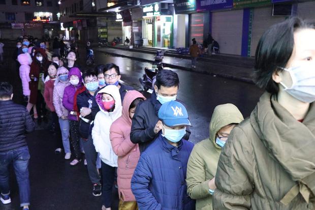 Hàng trăm cư dân chung cư ở Hà Nội xếp hàng giữa đêm mưa lạnh để mua khẩu trang