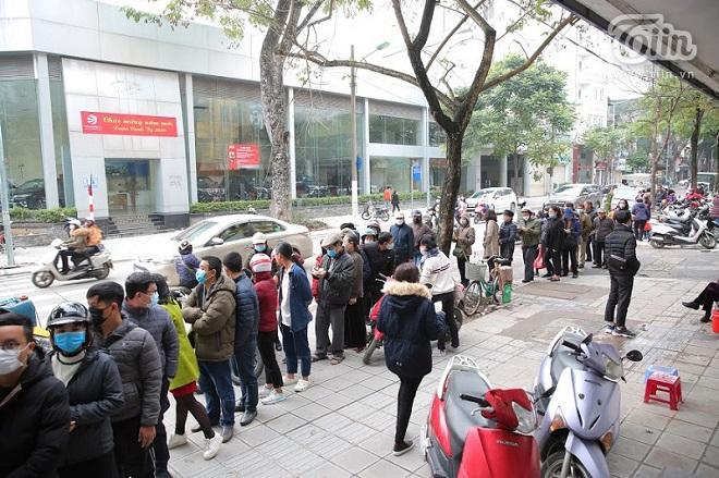 Quá lo sợ dịch Corona, người dân xếp hàng dài mua khẩu trang chất lượng Nhật Bản giá 7.000 đồng/chiếc