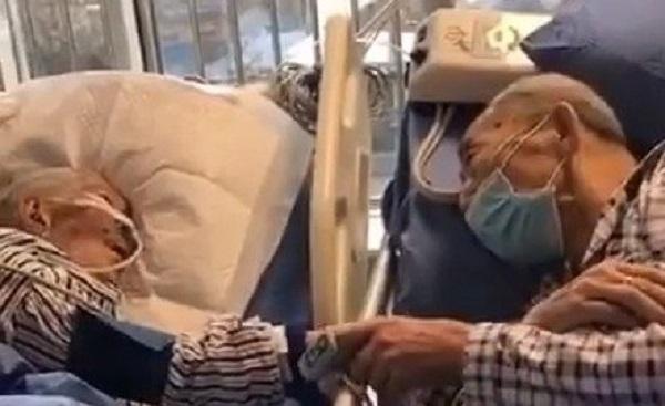 Nhiễm virus Corona ở tuổi 80, vợ chồng già siết chặt tay nhau chờ khoảnh khắc cuối cùng