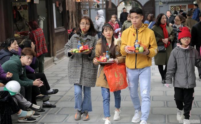 Khung cảnh đông nghịt giới trẻ Hà Thành rủ nhau đến Chùa Hà cầu duyên trước thềm Valentine