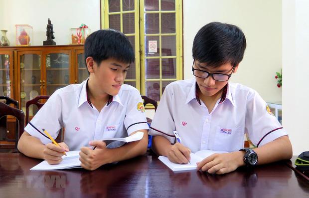 Cặp song sinh cùng học trường Chuyên Quốc học Huế giành giải Nhất Vật lý quốc gia