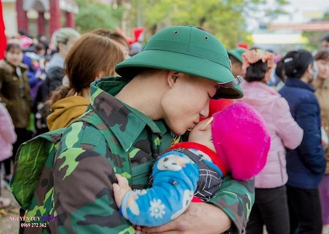 Xúc động hình ảnh người bố trẻ lưu luyến con thơ trong ngày hội tòng quân ở Bắc Giang