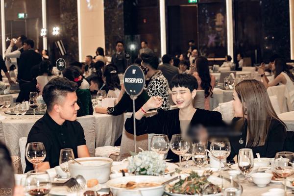 Đang yêu Huyền My, Quang Hải lại lộ khoảnh khắc nhìn Hiền Hồ say đắm, trò chuyện rôm rả giữa đám cưới Duy Mạnh