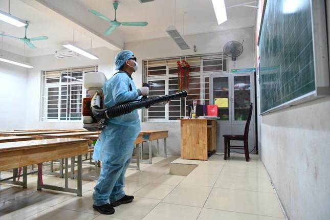 Các trường tại TP HCM gấp rút khử trùng phòng học để đón học sinh quay lại ngày 17/2