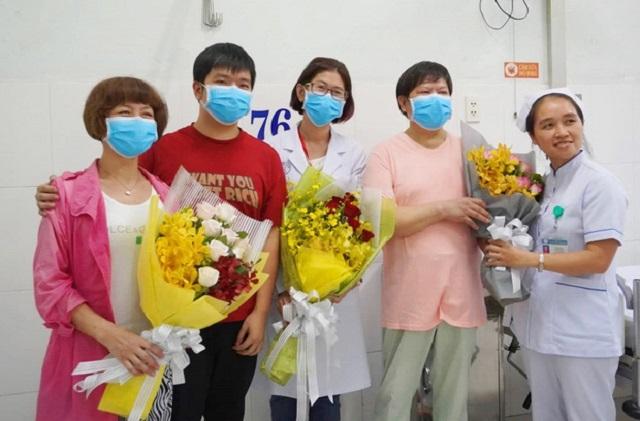 Người cha nhiễm virus Corona xuất viện, gia đình Trung Quốc hạnh phúc đoàn tụ và liên tục nói lời cảm ơn