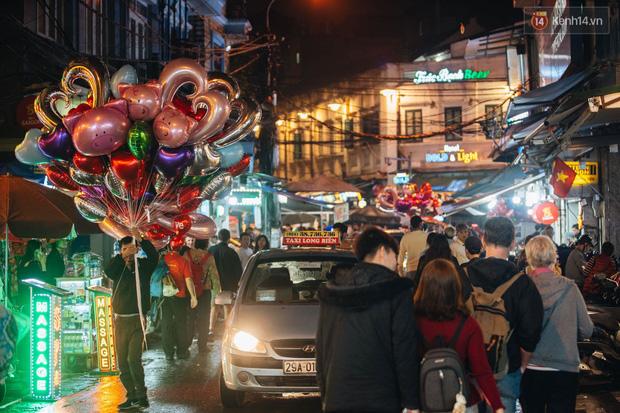 Bất chấp dịch nCoV, giới trẻ Hà Nội vẫn đổ ra đường đông nghịt trong tối Valentine