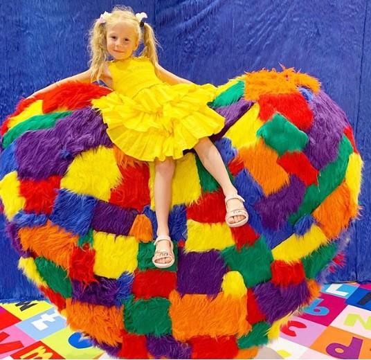 Bé gái 5 tuổi kiếm hơn 400 tỷ/năm trên Youtube được Forbes vinh danh