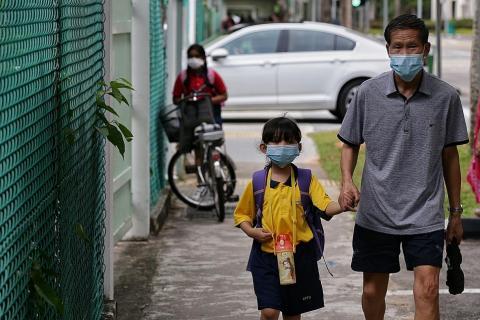 Singapore vẫn cho học sinh đến trường bất chấp dịch Covid-19 với quan điểm ở trường tốt hơn ở nhà