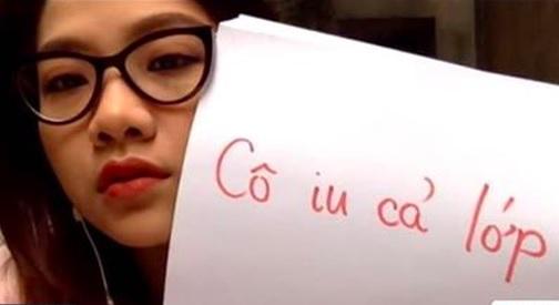 """Cầm tấm bảng """"Cô yêu cả lớp"""" khi dạy online mùa dịch Covid-19, cô giáo lớp """"người ta"""" gây sốt trên mạng"""
