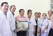 Bệnh nhân lớn tuổi nhất nhiễm Coivd-19 tại Việt Nam xuất viện, phấn khởi cảm ơn đội ngũ y bác sĩ